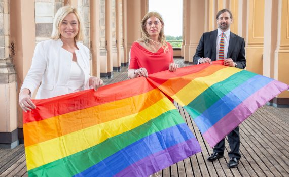 Doris Rauscher, Tessa Ganserer und Sebastian Körber mit Regenbogenflaggen